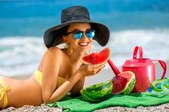 Mujer con los accesorios para las vacaciones de verano en Foto de archivo libre de regalías