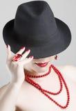 Mujer con los accesorios rojos Imágenes de archivo libres de regalías
