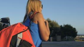 Mujer con los acercamientos de la bolsa de golf para golf el coche metrajes