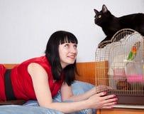 Mujer con los animales domésticos en hogar Foto de archivo
