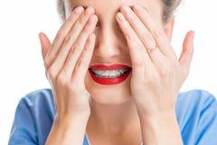 Mujer con los apoyos del diente Fotos de archivo