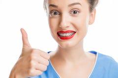 Mujer con los apoyos del diente Imagen de archivo libre de regalías