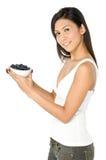 Mujer con los arándanos imagen de archivo libre de regalías
