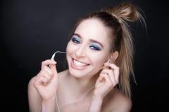 Mujer con los auriculares Imagenes de archivo