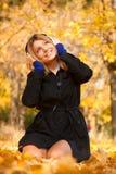 Mujer con los auriculares. Fotos de archivo libres de regalías