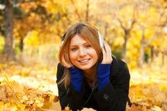 Mujer con los auriculares. Imágenes de archivo libres de regalías