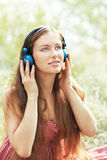 Mujer con los auriculares al aire libre Imágenes de archivo libres de regalías