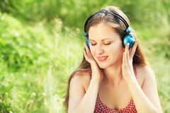 Mujer con los auriculares al aire libre Fotografía de archivo