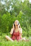 Mujer con los auriculares al aire libre Foto de archivo