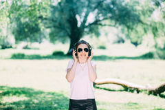 Mujer con los auriculares al aire libre fotografía de archivo libre de regalías