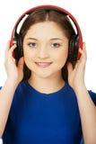 Mujer con los auriculares que escucha la música Fotos de archivo libres de regalías