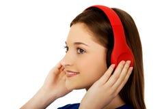 Mujer con los auriculares que escucha la música Fotos de archivo