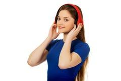 Mujer con los auriculares que escucha la música Foto de archivo