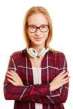 Mujer con los auriculares y sus brazos cruzados Fotografía de archivo libre de regalías