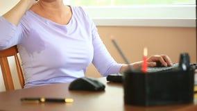 Mujer con los axilas sudorosos Muchacha que se sienta en el lugar de trabajo en oficina y sudar almacen de metraje de vídeo