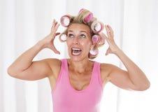 Mujer con los bigudíes rosados foto de archivo