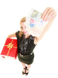 Mujer con los billetes de banco de la caja de regalo y del dinero de la moneda del euro Fotos de archivo
