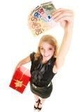 Mujer con los billetes de banco de la caja de regalo y del dinero de la moneda del euro Foto de archivo