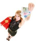 Mujer con los billetes de banco de la caja de regalo y del dinero de la moneda del euro Imagen de archivo