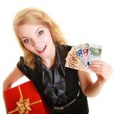 Mujer con los billetes de banco de la caja de regalo y del dinero de la moneda del euro Imágenes de archivo libres de regalías