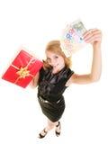 Mujer con los billetes de banco de la caja de regalo y del dinero de la moneda del euro Foto de archivo libre de regalías