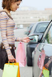 Mujer con los bolsos de compras Imagen de archivo