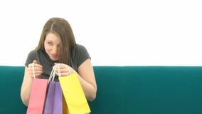 Mujer con los bolsos de compras almacen de video