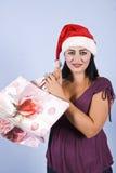 Mujer con los bolsos de compras de la Navidad Imagen de archivo libre de regalías
