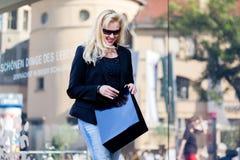 Mujer con los bolsos de compras en ciudad Fotos de archivo libres de regalías