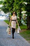 Mujer con los bolsos de compras mientras que hace compras Foto de archivo libre de regalías