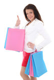 Mujer con los bolsos de compras que muestran los pulgares para arriba Imágenes de archivo libres de regalías