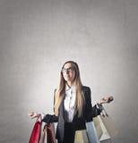 Mujer con los bolsos de la lupulización Imagen de archivo