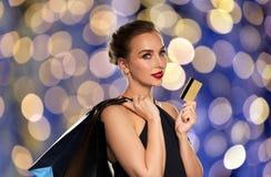 Mujer con los bolsos de la tarjeta de crédito y de compras Foto de archivo libre de regalías