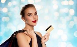 Mujer con los bolsos de la tarjeta de crédito y de compras Fotos de archivo