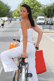 Mujer con los bolsos de la tienda Foto de archivo libre de regalías