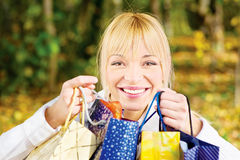 Mujer con los bolsos despu?s de hacer compras Foto de archivo libre de regalías
