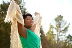 Mujer con los brazos abiertos en naturaleza y aire fresco Imagenes de archivo