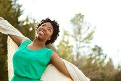 Mujer con los brazos abiertos en naturaleza y aire fresco Imagen de archivo libre de regalías