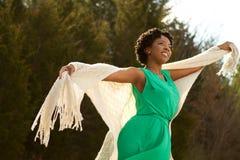 Mujer con los brazos abiertos en naturaleza y aire fresco Foto de archivo