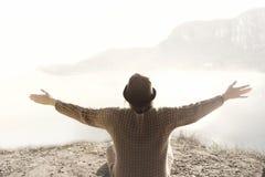 Mujer con los brazos abiertos que abrazan la naturaleza circundante imagen de archivo libre de regalías