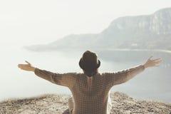 Mujer con los brazos abiertos que abrazan la naturaleza circundante fotografía de archivo libre de regalías