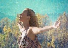 Mujer con los brazos abiertos que practican mindfulness casual delante del bosque Fotografía de archivo