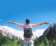 Mujer con los brazos aumentados para arriba en la naturaleza en dolomías, el Tyrol del sur, Italia, Europa fotos de archivo