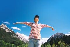 Mujer con los brazos aumentados para arriba en la naturaleza en dolomías, el Tyrol del sur, Italia, Europa fotos de archivo libres de regalías