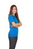 Mujer con los brazos cruzados, camiseta que lleva Imagenes de archivo
