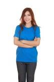 Mujer con los brazos cruzados, camiseta que lleva Imagen de archivo