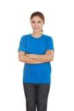 Mujer con los brazos cruzados, camiseta que lleva Fotografía de archivo