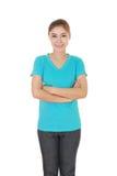 Mujer con los brazos cruzados, camiseta que lleva Foto de archivo