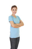 Mujer con los brazos cruzados, camiseta que lleva Fotografía de archivo libre de regalías