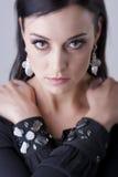 Mujer con los brazos cruzados, retrato ascendente cercano de los ojos que sorprende Imágenes de archivo libres de regalías